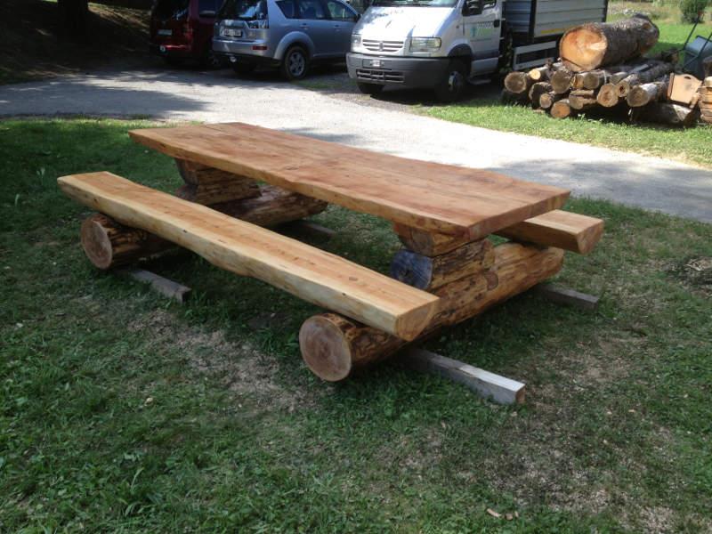 Mobili con tronchi di legno latest tavolo in legno massello con